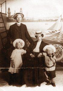 П.С. Философов с женой и детьми