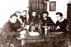 Д.Ф. Синицын (3-й слева) в паразитологической лаборатории 1915 г.